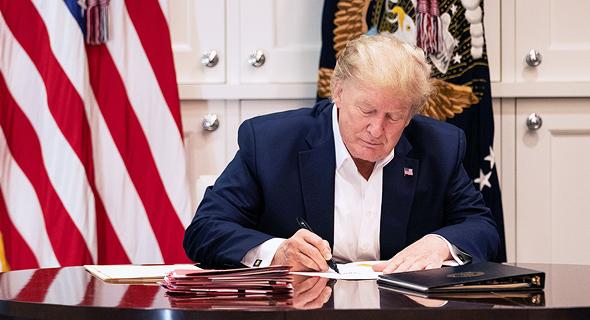 """נשיא ארה""""ב דונלד טראמפ שלשום במשרדו בבית החולים, צילום: רויטרס"""