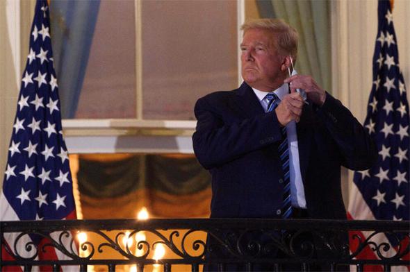 דונלד טראמפ מסיר את המסכה לאחר שיחרורו מבית החולים, צילום: איי אף פי