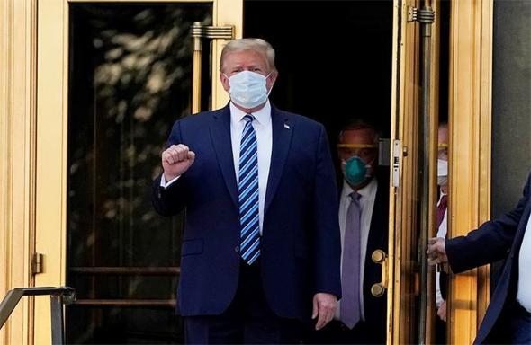 דונלד טראמפ יוצא מבית החולים עם מסכה, צילום: איי אף פי