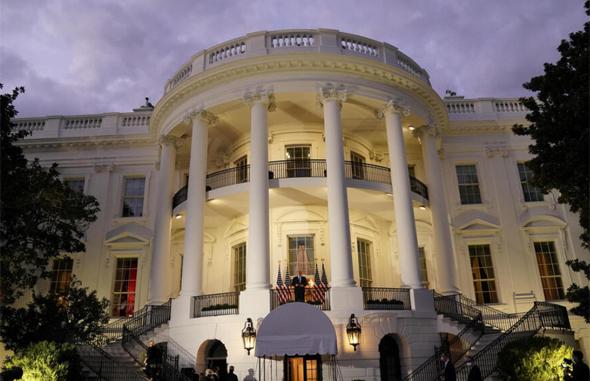 דונלד טראמפ עומד במרפסת הבית הלבן, צילום: איי אף פי