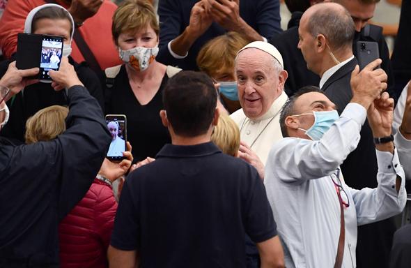 האפיפיור. תועד באוקטובר כשהוא לא מקפיד על כללי הריחוק החברתי