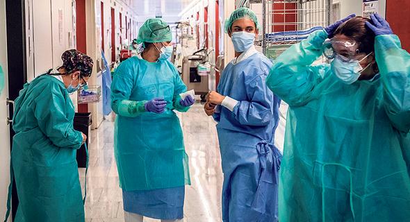 אחיות מתמגנות בבית החולים סנט פאו בברצלונה, צילום: בלומברג