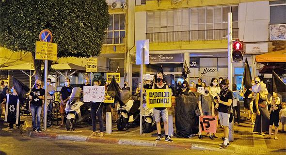 מפגינים בגבעתיים, צילום: עופר צור