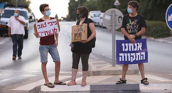 המחאה בפרדס חנה, הערב, צילום: אלעד גרשגורן