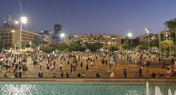 מפגינים בכיכר רבין בתל אביב