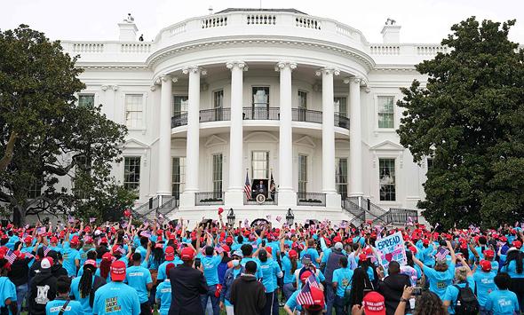 """פעילים על מדשאות הבית הלבן נשיא ארה""""ב דונלד טראמפ בהצהרה מ הבית הלבן 10.10.20, צילום: איי אף פי"""