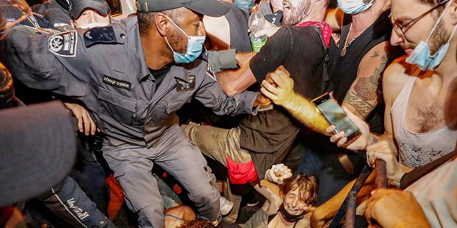 """עשרות אלפי מפגינים נגד נתניהו בגשרים, בצמתים ובככרות; עימות בין מפגינים לשוטרים בת""""א"""