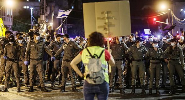 השוטרים מול מפגין בתל אביב, צילום: איי אף פי