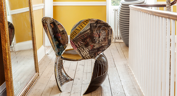 """כיסא הברקזיט של רון ארד. """"ציירתי לבוריס ג'ונסון שפם"""""""