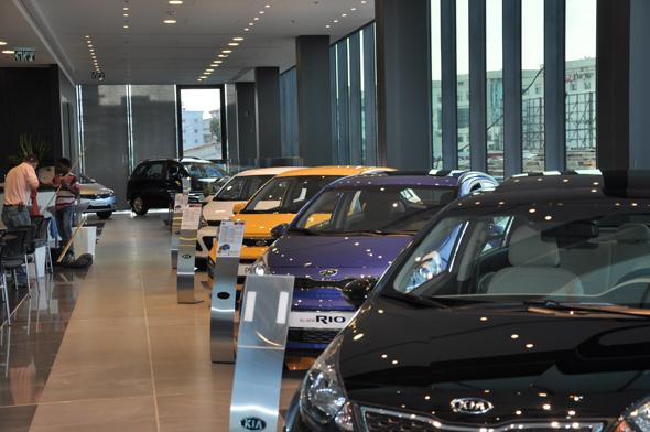 אולם תצוגה של יבואן רכב, צילום: רונן טופלברג