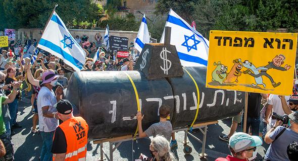 מיצג צוללת בהפגנה בכיכר פריז  בירושלים