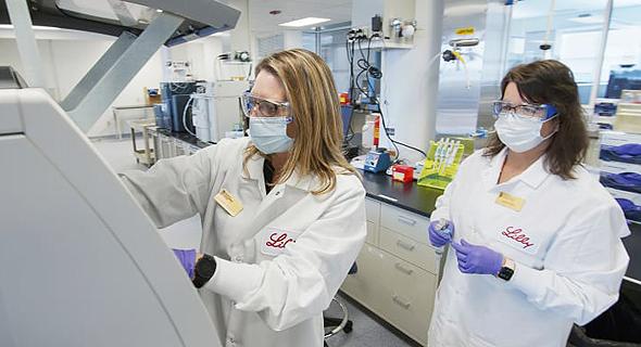מדעניות במעבדה של אלי לילי לפיתוח תרופה לקורונה, צילום: איי פי