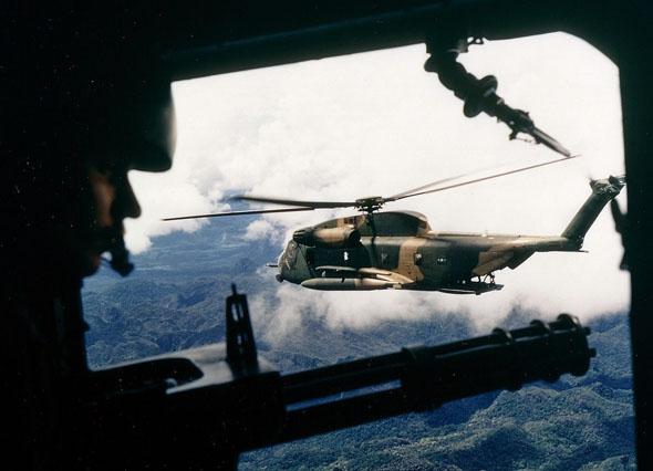 יסעור אמריקאי בדרכו למשימת חילוץ במלחמת וייטנאם