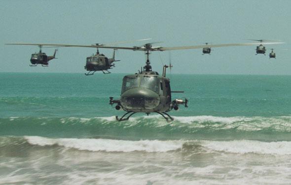 """סצנת הפשיטה האווירית ב""""אפוקליפסה עכשיו""""; מומלץ לחובבי אקשן, מסוקים ומוזיקה קלאסית, צילום: Lionsgate"""