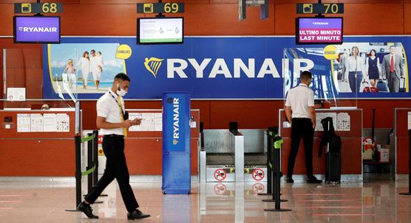 דוכן של ריאנאייר בשדה תעופה בברצלונה, צילום: רויטרס
