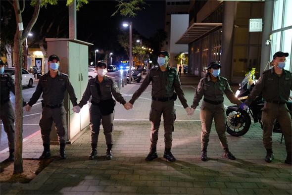 """שוטרים חוסמים רחוב בת""""א"""