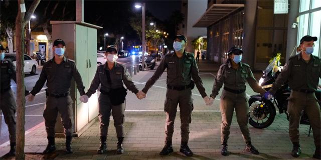 """שוטרים חוסמים רחוב בת""""א, צילום: עופר צור"""
