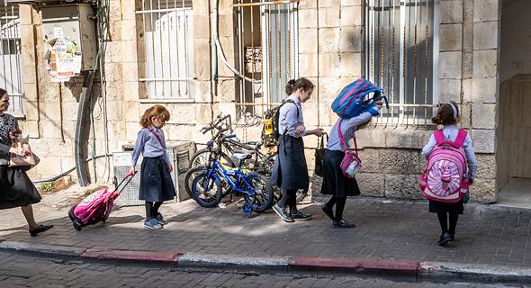 בנות בציובסר החרדי בכניסה למוסד הלימודי שלהן בירושלים