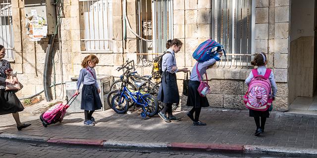 בנות בציובסר החרדי בכניסה למוסד הלימודי שלהן בירושלים, צילום: אלכס קולומויסקי