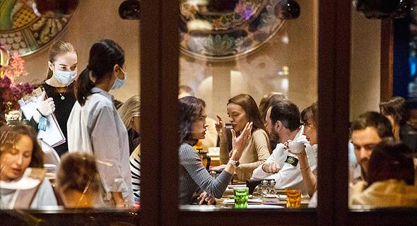 מסעדה מלאה במוסקבה, למרות התפרצות הקורונה