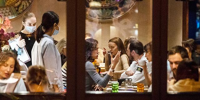 מסעדה מלאה במוסקבה, למרות התפרצות הקורונה, צילום: איי פי