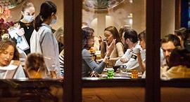 מסעדה פתוחה במוסקבה למרות הקורונה, צילום: איי פי