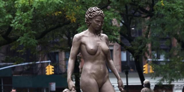 זהירות, מדוזה: הפסל החדש כבר מעורר הדים בניו יורק