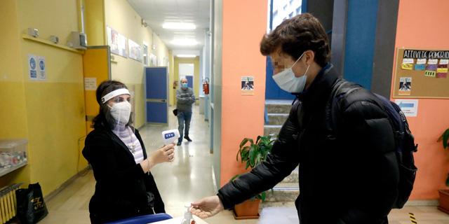 בדיקות חום בבית ספר באיטליה, צילום: אי פי איי