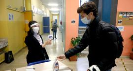 """בדיקת חום בבי""""ס באיטליה, צילום: אי פי איי"""