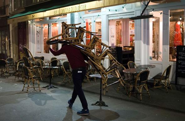 בר בפריז שנסגר בשעה 9 בערב
