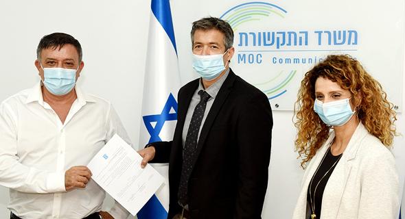 "מימין: לירן אבישר בן חורין, יועז הנדל ומנכ""ל סלקום אבי גבאי"