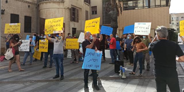 """עובדי בזק בינלאומי בהפגנה מול משרד התקשורת: """"הנדל מחבק את בזק – והציבור ישלם"""""""