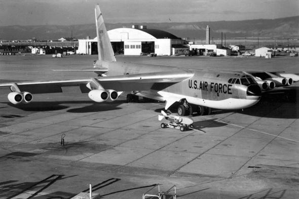 מפציץ B52 אמריקאי. תחתיתו לבנה כדי להחזיר הבזקי פיצוצים, צילום: Wikimedia