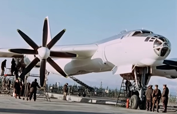 המפציץ המסכן נצבע בלבן, כדי שיחזיר במעט את ההבזק הגרעיני העצום, צילום: rosatom