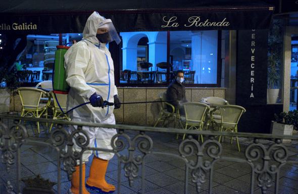 חיטוי נגד הקורונה בעיר אורנס בצפון מערב ספרד