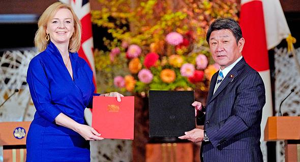 שרת המסחר הבריטית אליזבת טראס ושר החוץ היפני טושימיטסו מוטגי. הסכם היסטורי, צילום: איי אף פי