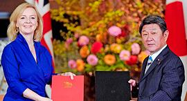 שרת המסחר הבריטית אליזבת טראפ ושר החוץ היפני טושימיצו מוטגי, צילום: איי אף פי