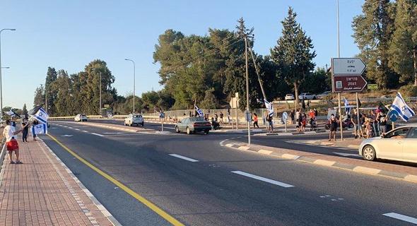 מפגינים ליד קיבוץ עינת, צילום: הדגלים השחורים