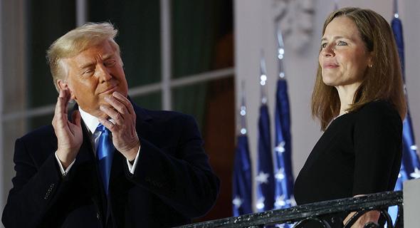 השופטת איימי קוני בארט והנשיא דונלד טראמפ במהלך הטקס הלילה