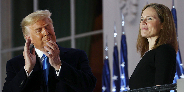 השופטת איימי קוני בארט והנשיא דונלד טראמפ במהלך הטקס הלילה, צילום: גטי אימג