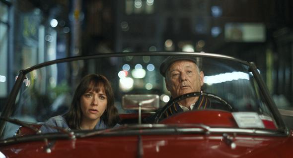 ביל מורי ורשידה ג'ונס בסרט On the Rocks