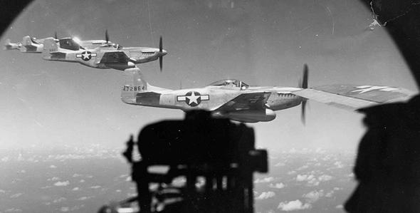 מוסטנגים מלווים מפציצים מעל לצרפת