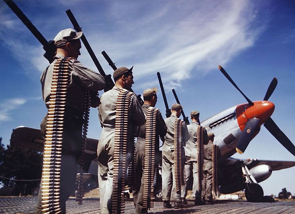 צוותי קרקע עם חימוש המוסטנג ותחמושתו; המטוס נשא שישה מקלעי 0.5 אינץ' עם 1,840 כדורים