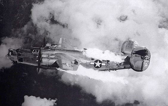 """מפציץ B24 בשם """"אקסטרה ג'וקר"""", של טייסת 725, שנפגע ממטוסי קרב מעל אוסטריה. אף אחד מאנשי צוותו לא שרד"""