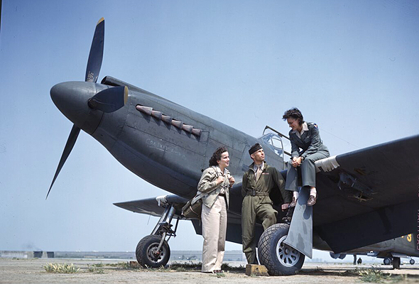 """מוסטנג וצוותו בארה""""ב, בפעילות שילוח מטוסים בין בסיסים. בהזדמנות, אספר לכם על הנשים המדהימות שעשו זאת"""