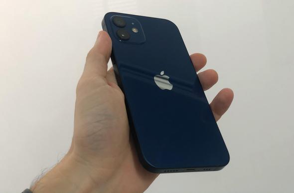 גב האייפון 12, צילום: איתמר זיגלמן