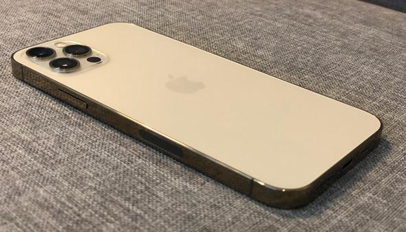 גב האייפון 12 פרו, צילום: איתמר זיגלמן