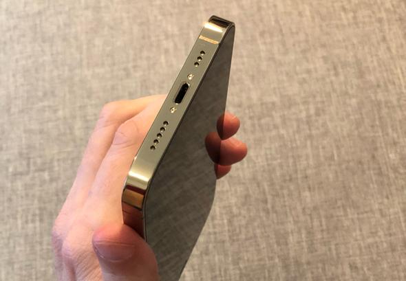 מחבר ה-Lightning באייפון 12 פרו, צילום: איתמר זיגלמן