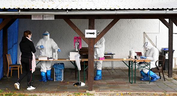 בדיקות קורונה בסלובקיה, צילום: רויטרס