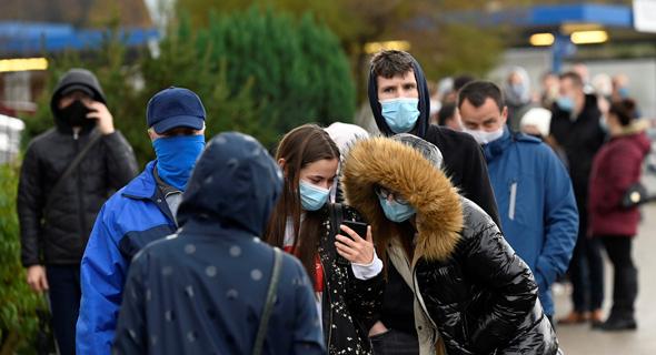 בדיקות לקורונה בסלובקיה, צילום: רויטרס